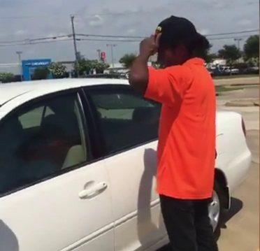 德州非裔青年科爾瓦見到善心人士募款贈送的轎車後,興奮不已。 圖/取自臉書