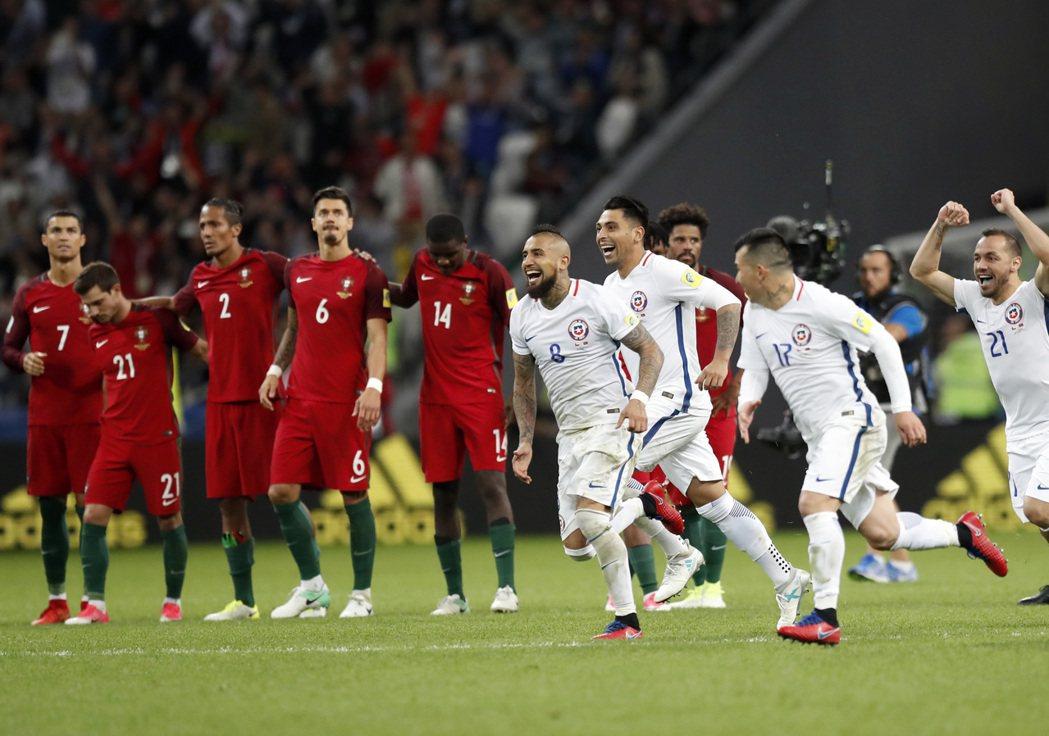 智利點球戰淘汰葡萄牙進決賽,贏球的一方欣喜若狂,輸球一方黯然落寞。(美聯社) 美...