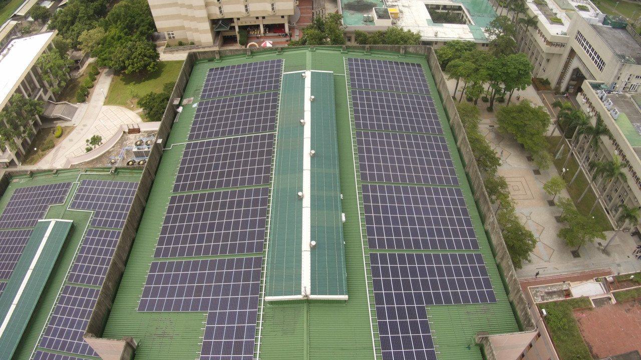 彰化師範大學在體育館閒置屋頂設置太陽能板,每月約可提供174戶用電量。 聯合報系...