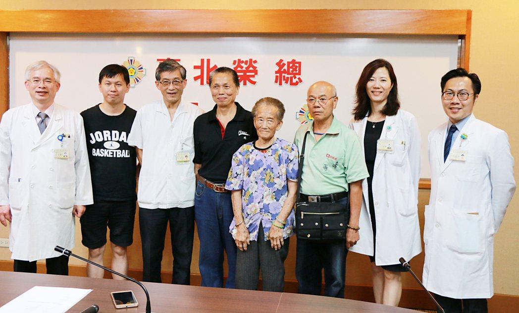 1名89歲老太太罹胰臟頭癌,傳統需開腹,是外科最困難手術,疤痕大且易出血。北榮採...