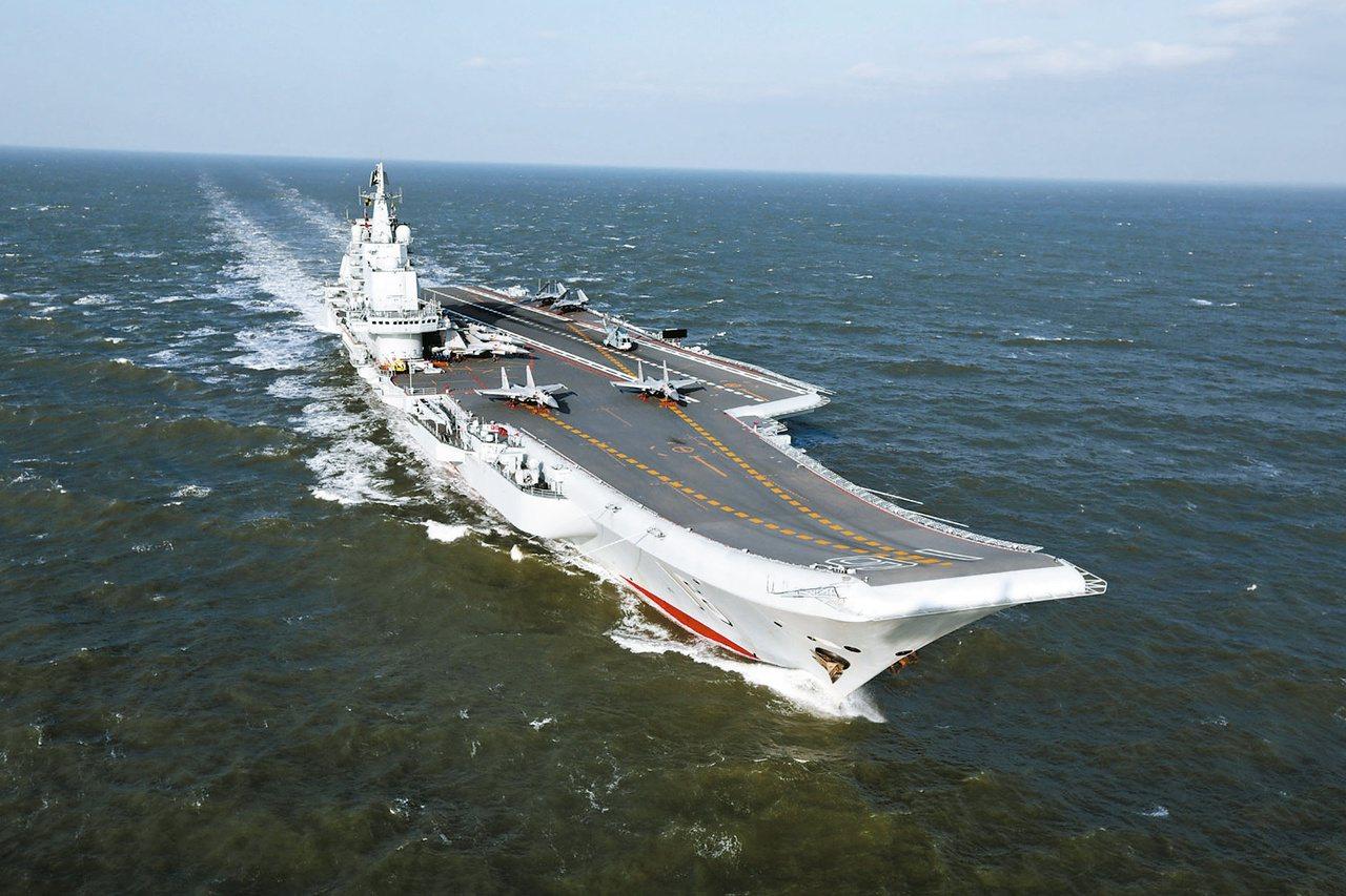 中共遼寧號航母編隊昨天下午4時左右進入台灣的防空識別區,沿台灣海峽中線以西向上西...
