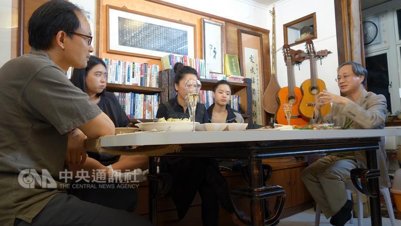 作家小野(右1)日前受公視節目邀請前往拜訪紀錄片製作人丁雯靜,並分享教育觀念。