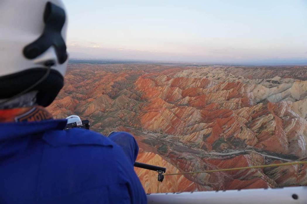 動畫製作團隊不惜成本,飛上天際,只為一覽奇異多彩的丹霞地貌全景。