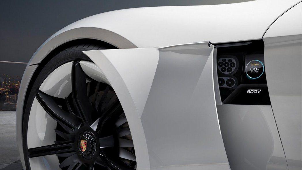 Mission E會配置800伏特的快速充電技術,可以在15分鐘內將電量補充至80%。而其在充電一次後,續航距離約可達500公里。 摘自Porsche