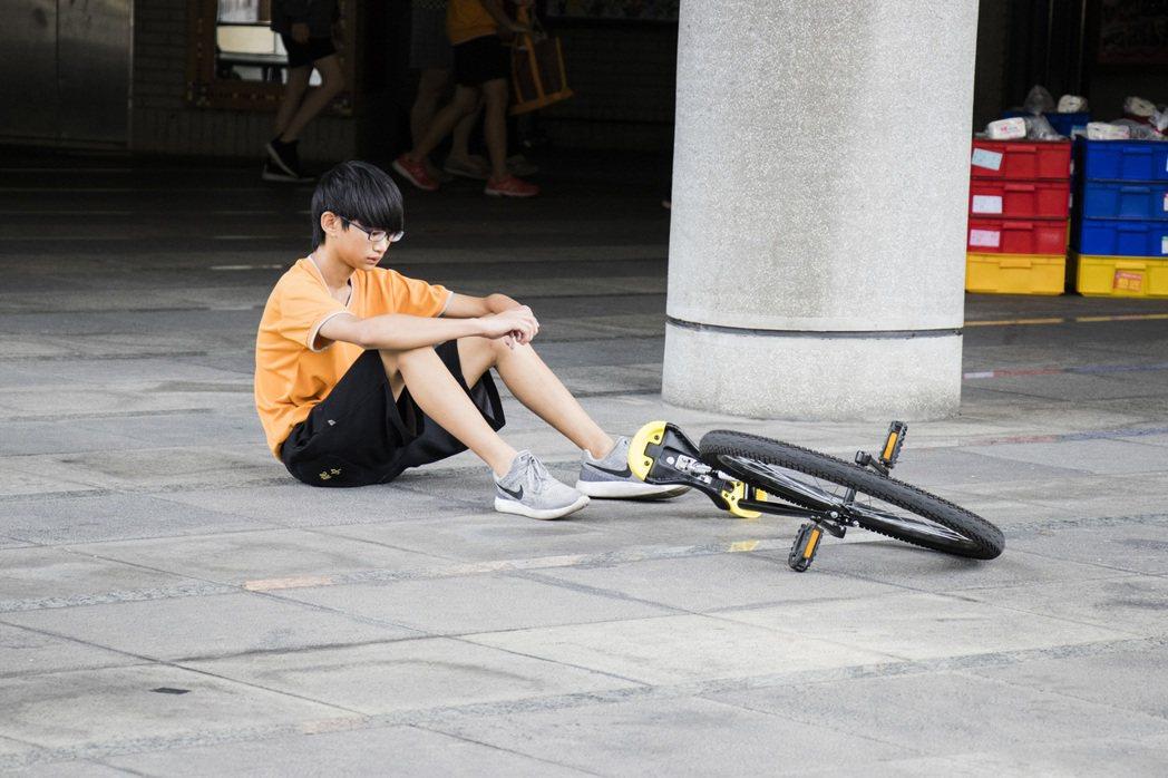 在練習過程中,黃雲清鼓勵孩子們多次嘗試、堅持到底,失敗了再站起來。 攝影/洪嘉蓮...