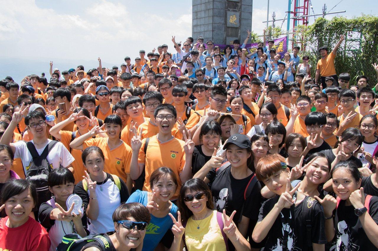 200多位師生全數登頂,老師和學生在硬漢嶺石碑前開心合照。 攝影/洪嘉蓮(...