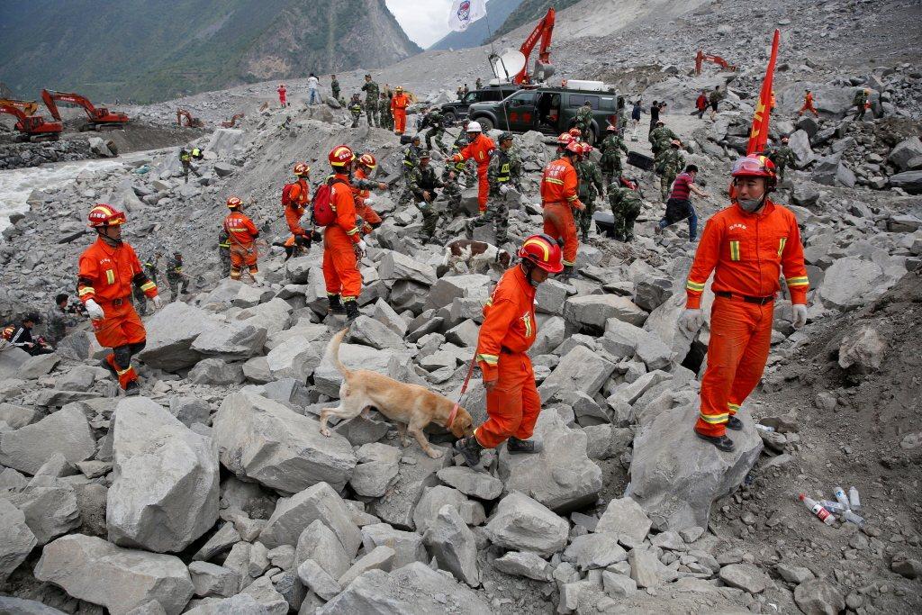 四川茂縣因降雨引發嚴重山體崩塌,約有百人遭到活埋,有研究者認為崩塌成因之一或與2...