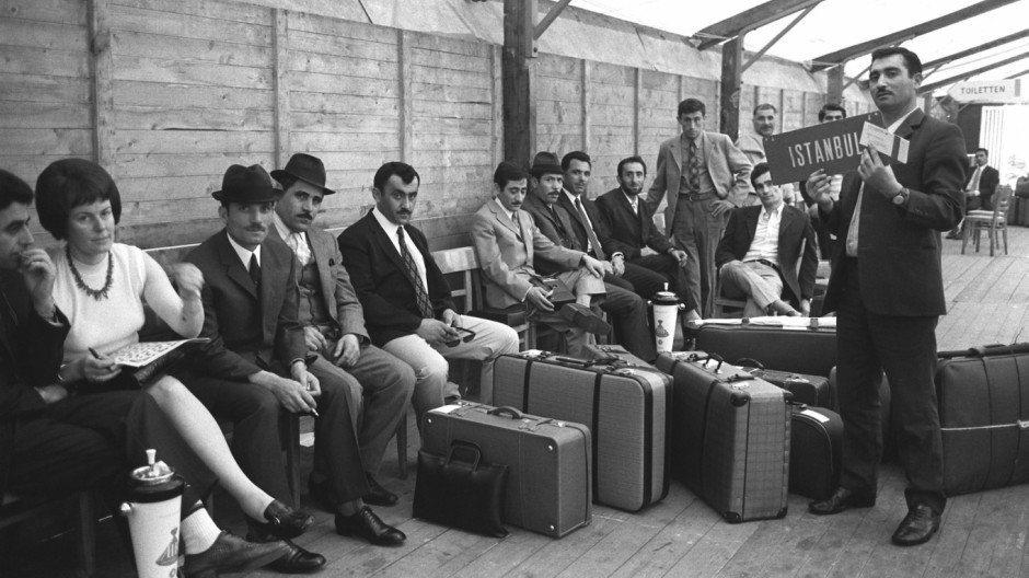 1970年於杜塞道夫機場外等候回家的土耳其客工。 圖/美聯社