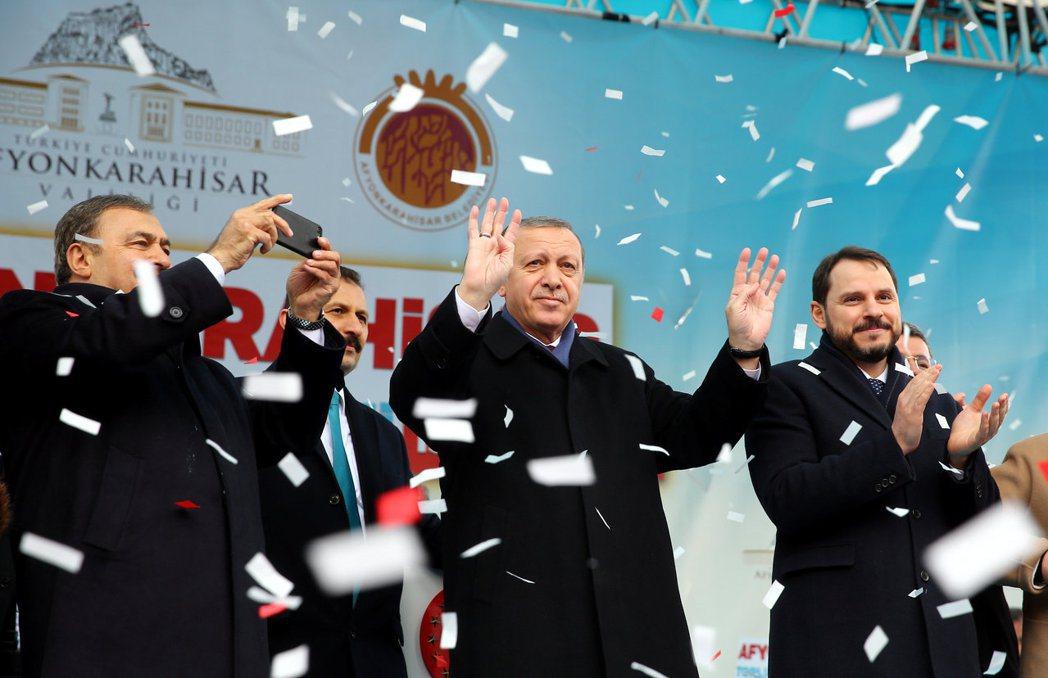 土耳其總統厄多安(中)為了維持個人權威,提案將土國政治制度從內閣制改為總統制,廢...