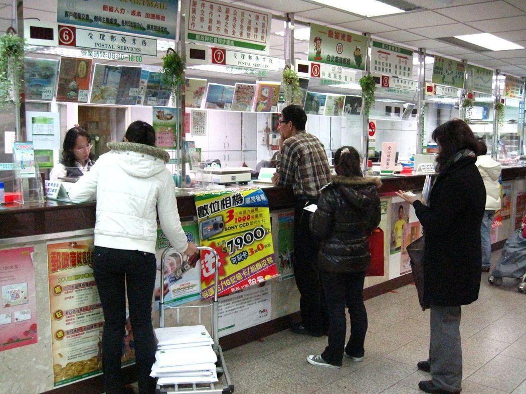民眾到郵局領掛號或包裹,時間沒彈性,規定也很多。 報系資料照