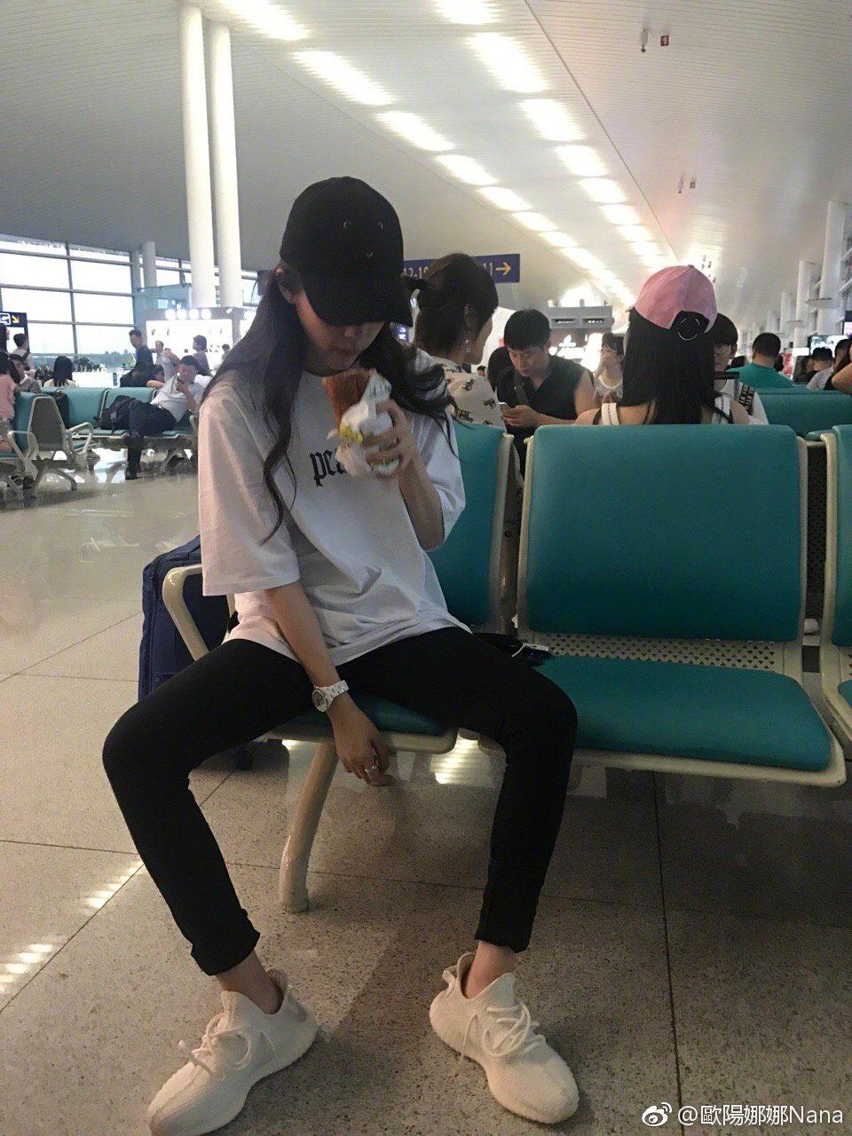 歐陽娜娜豪邁腿開開,發現被偷拍秒變臉。 圖/擷自微博。