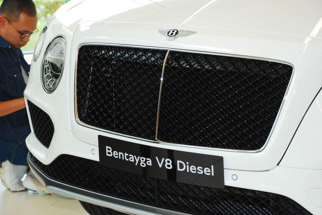 Bentley Bentayga Diesel水箱護罩換成較為運動感的黑色。記者...