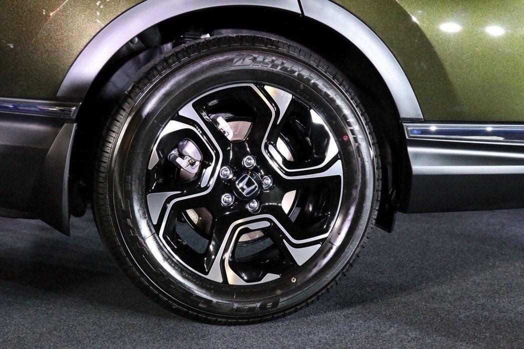 全車系均換上18吋輪圈,S及VTi-S車型配備旋風導流式雙色鋁合金輪圈。 記者陳威任/攝影