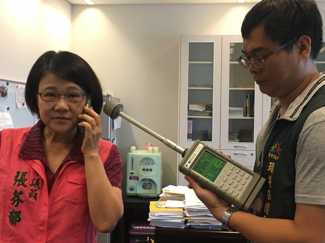 台中市議員張芬郁(左)實測,用LINE接電話,電磁波檢測儀的結果是0.000單位...