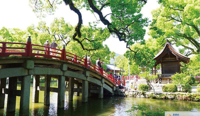 前往主殿的三座橋,分別代表現在、過去、未來。