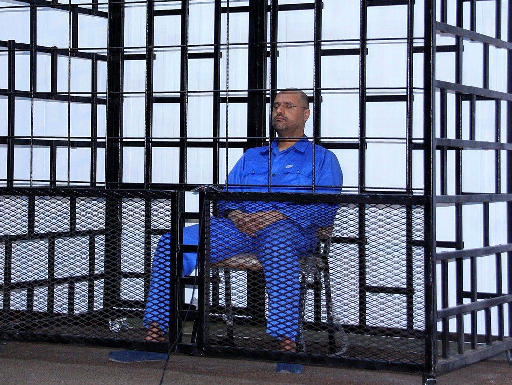賽義夫2014穿囚衣出庭應訊。 (路透)