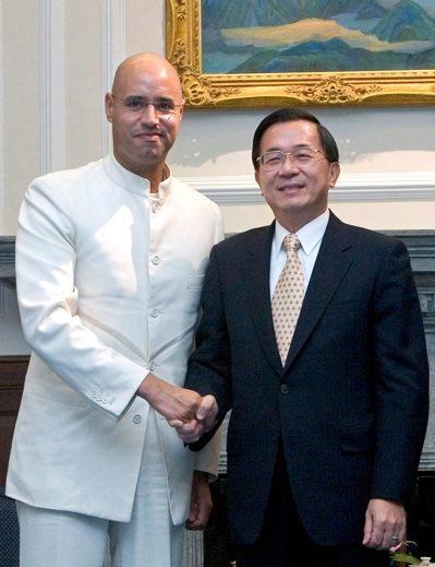 陳水扁總統(右)曾在2006年接見賽義夫(左),並接受格達費的邀請,前往利比亞訪...