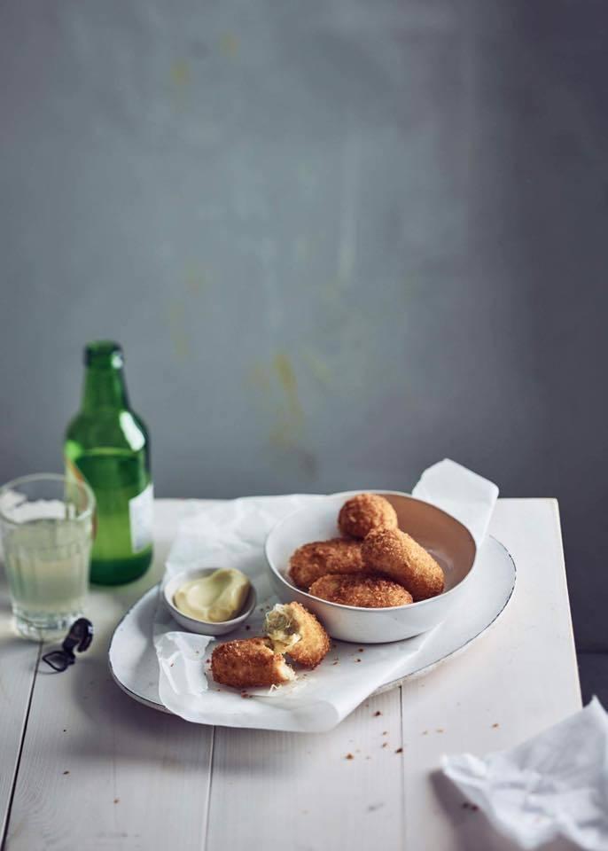 荷蘭隨處可見的炸物點心:在小餐館、超市裡的食物自動販賣機、市集裡的小餐車等,都能...