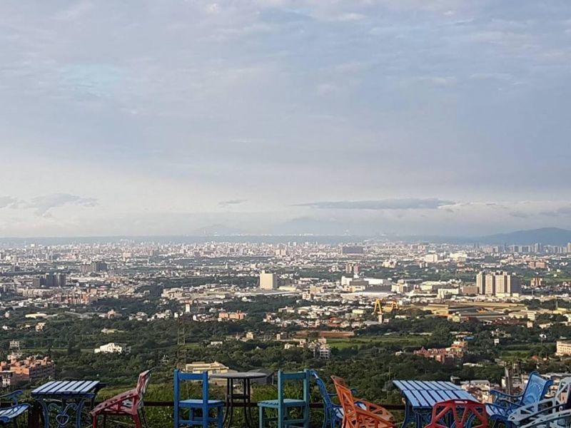 戶外座位景色遼闊、氣氛絕佳。(愛戀天空景觀咖啡館FB)