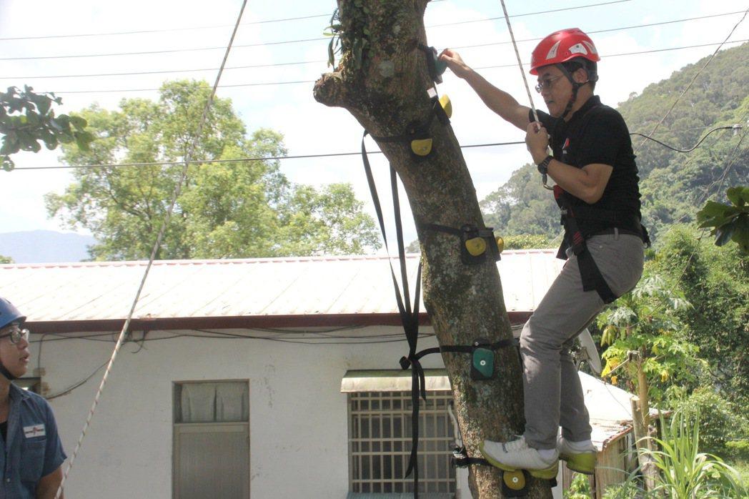 台東縣長黃健庭在專業人員講解下,實地體驗攀爬。圖/台東縣政府提供