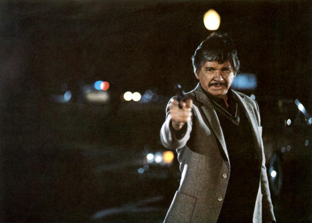 查理士布朗遜扮演追查疑案的資深警官。圖/摘自Cineplex