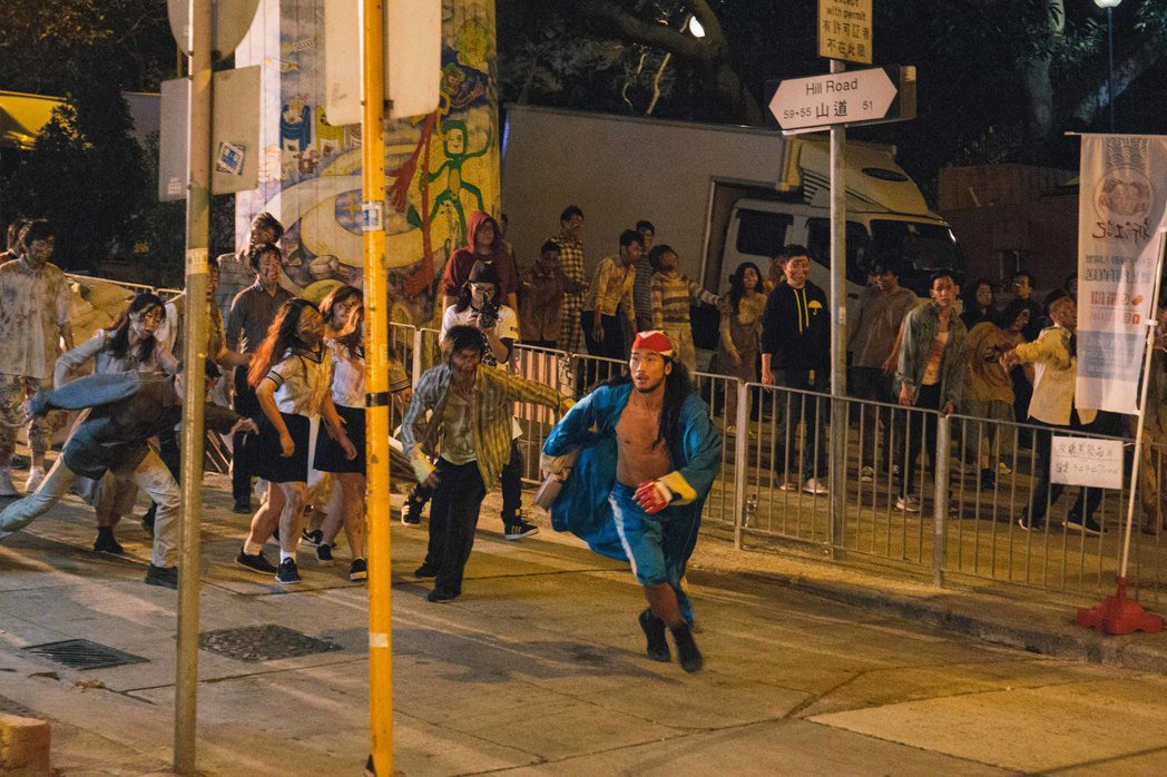新片「今晚打喪屍」出現數百活屍在香港鬧區大亂鬥的盛大場面。圖/華映提供