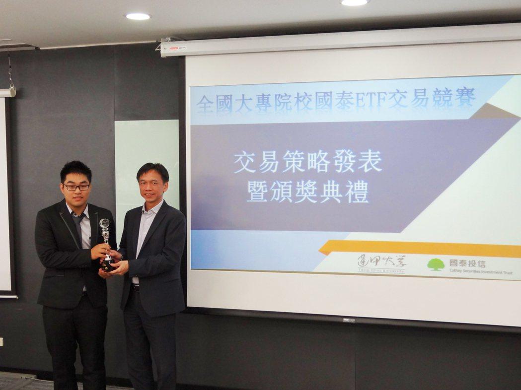 國泰投信董事長張錫(右)出席國泰ETF交易競賽頒獎典禮 (國泰投信提供)
