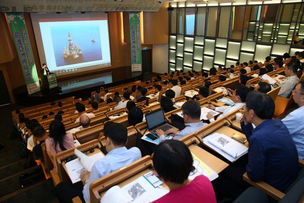 銀行公會在「銀行業前進亞洲關鍵人才培訓計畫」的課程中,上午在金融研訓院舉辦「前進...