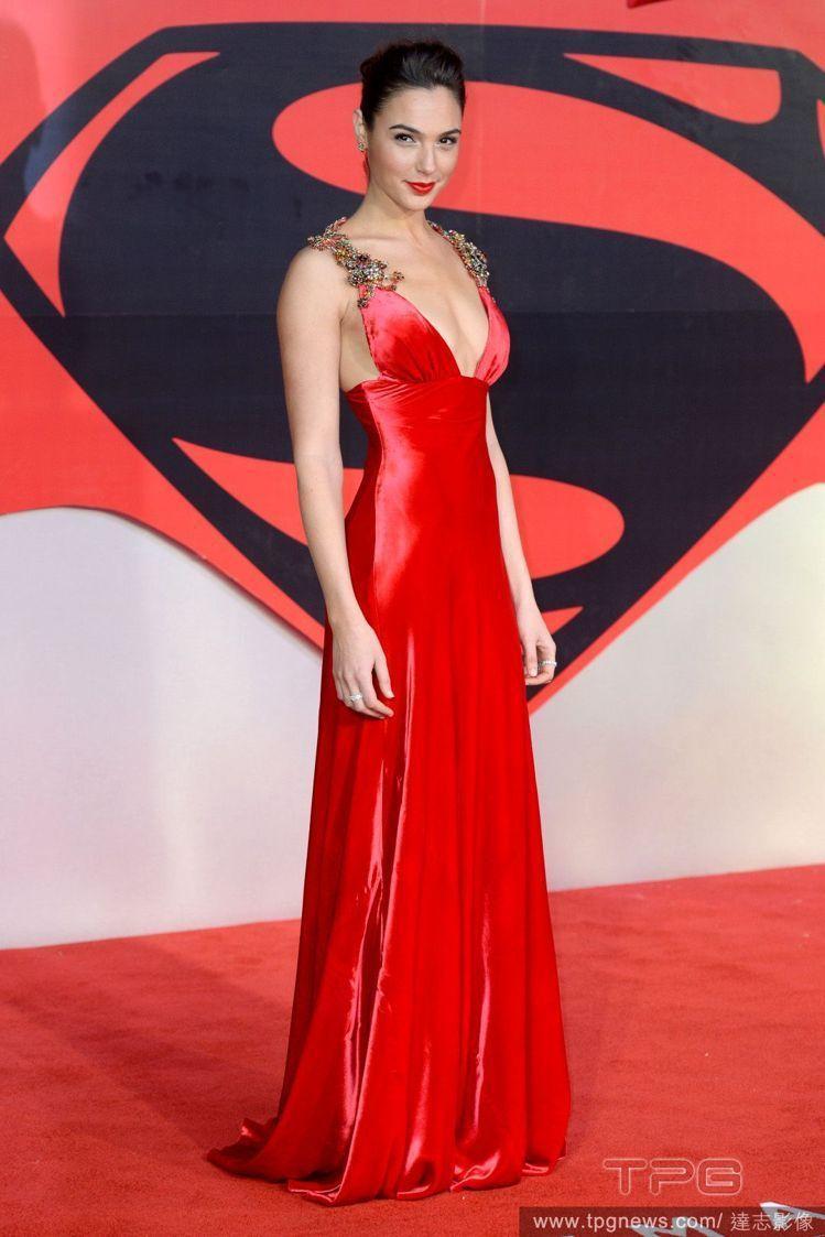 飾演神力女超人的以色列女演員與時裝模特兒蓋爾. 加朵也愛用由法商貝比贊公司生產發...