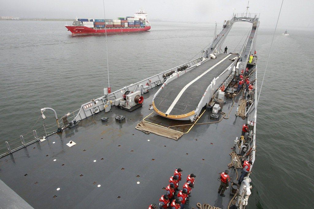 南沙太平島碼頭目前可供3000至8000噸的艦艇泊靠,包括中和級戰車登陸艦都曾泊...