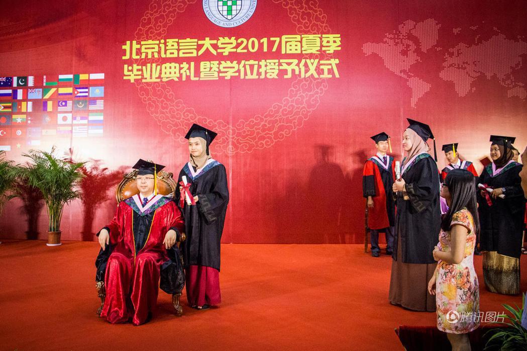 北京語言大學畢業典禮現場。圖/騰訊圖片