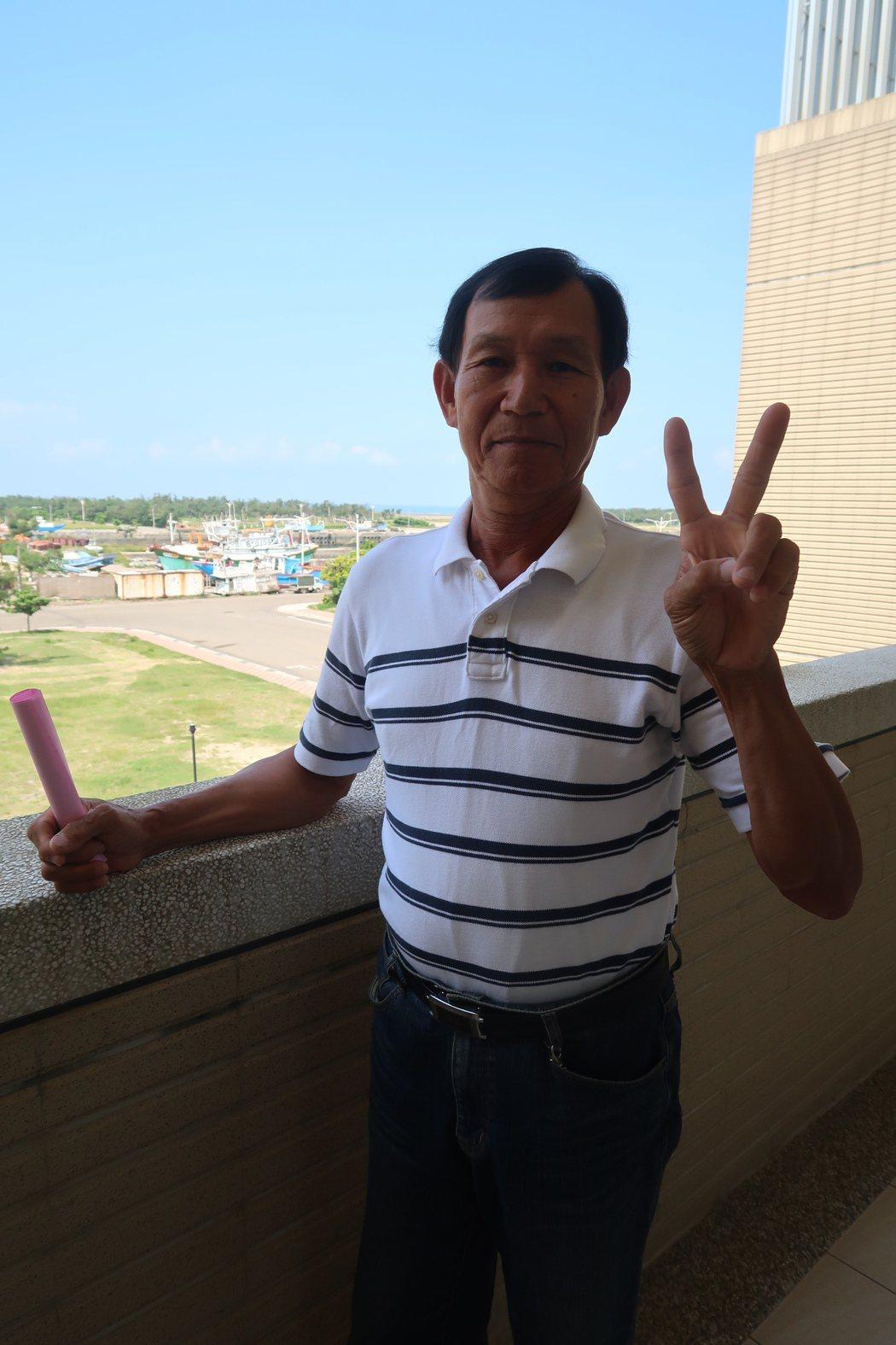 新竹市長林智堅稱讚昇龍1號船長陳華唐是「海洋守護戰士」,每次出海都打撈垃圾上岸、...