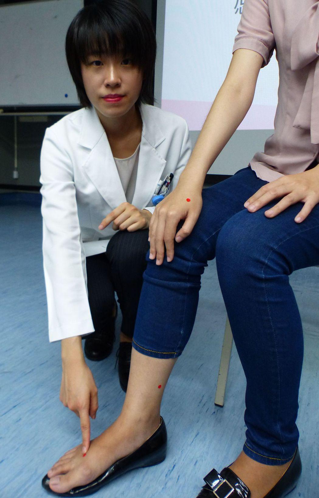 醫師周書慧建議有經痛婦女,平時可按壓太衝穴(紅點由下往上)、三陰交穴、合谷穴。記...