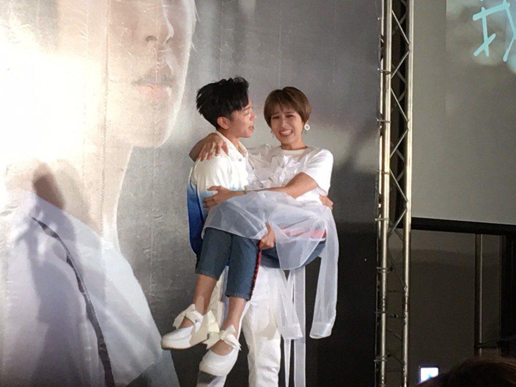 韋禮安(左)公主抱曾沛慈,體力不錯。記者許晉榮/攝影