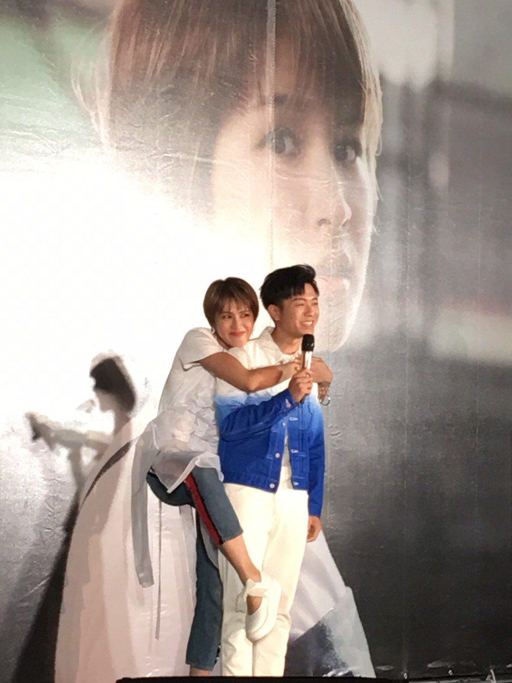 曾沛慈(左)熊抱韋禮安,表情搞笑。記者許晉榮/攝影