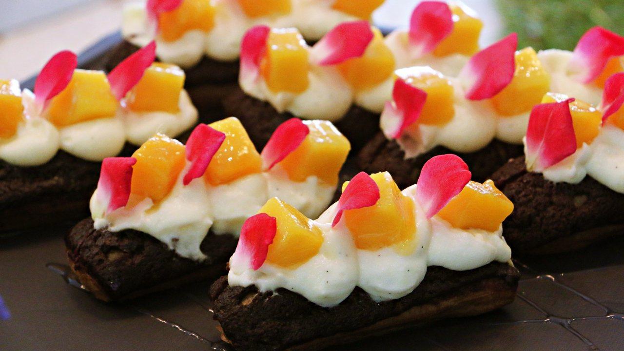 迷你可可亞閃點泡芙鋪上白巧克力甘納許,並夾入覆盆子凍及季節水果。記者沈佩臻/攝影