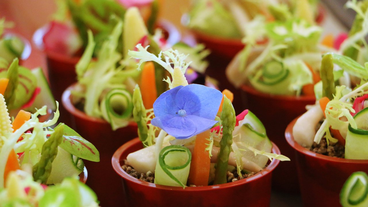 「季節鮮蔬盆栽」放入檸檬瑞可塔起司、松露粉等,綠意盎然。記者沈佩臻/攝影
