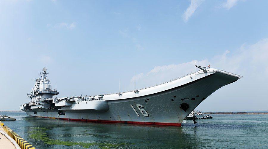 圖為遼寧艦航艦編隊25日從青島航艦軍港啟航。(大陸國防部)