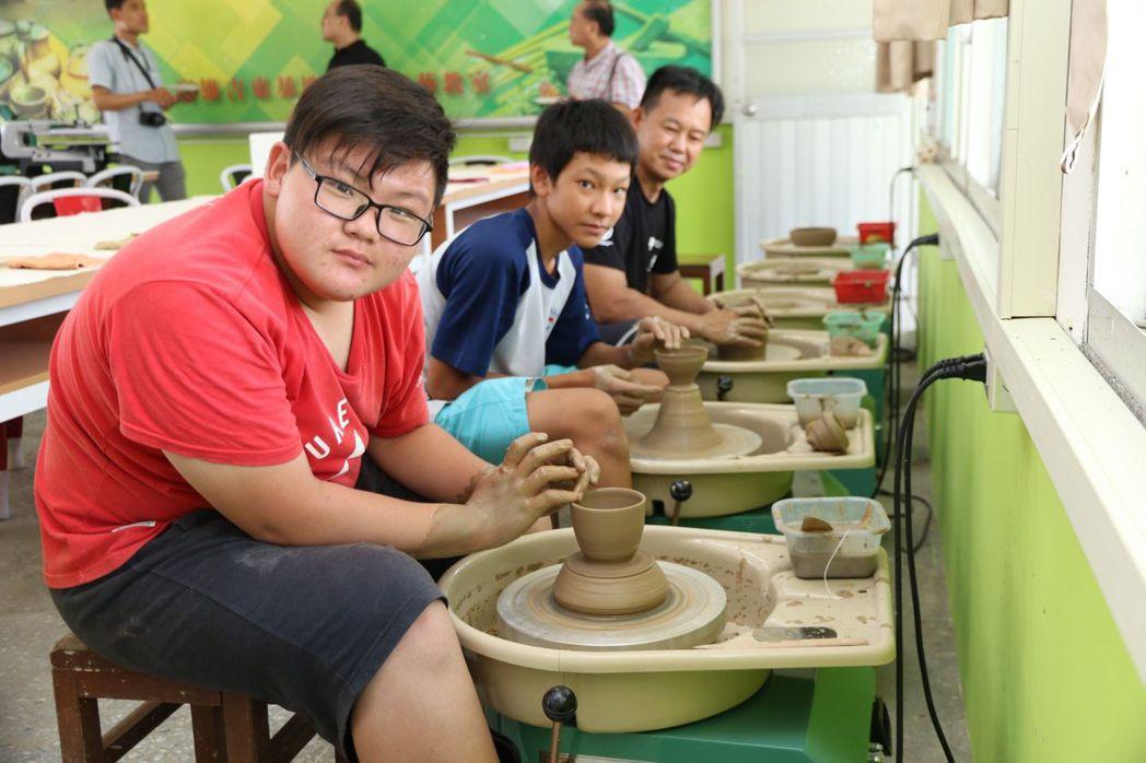 美濃是陶藝之鄉,小朋友對「手拉胚」的製陶程序不陌生。記者徐白櫻/攝影