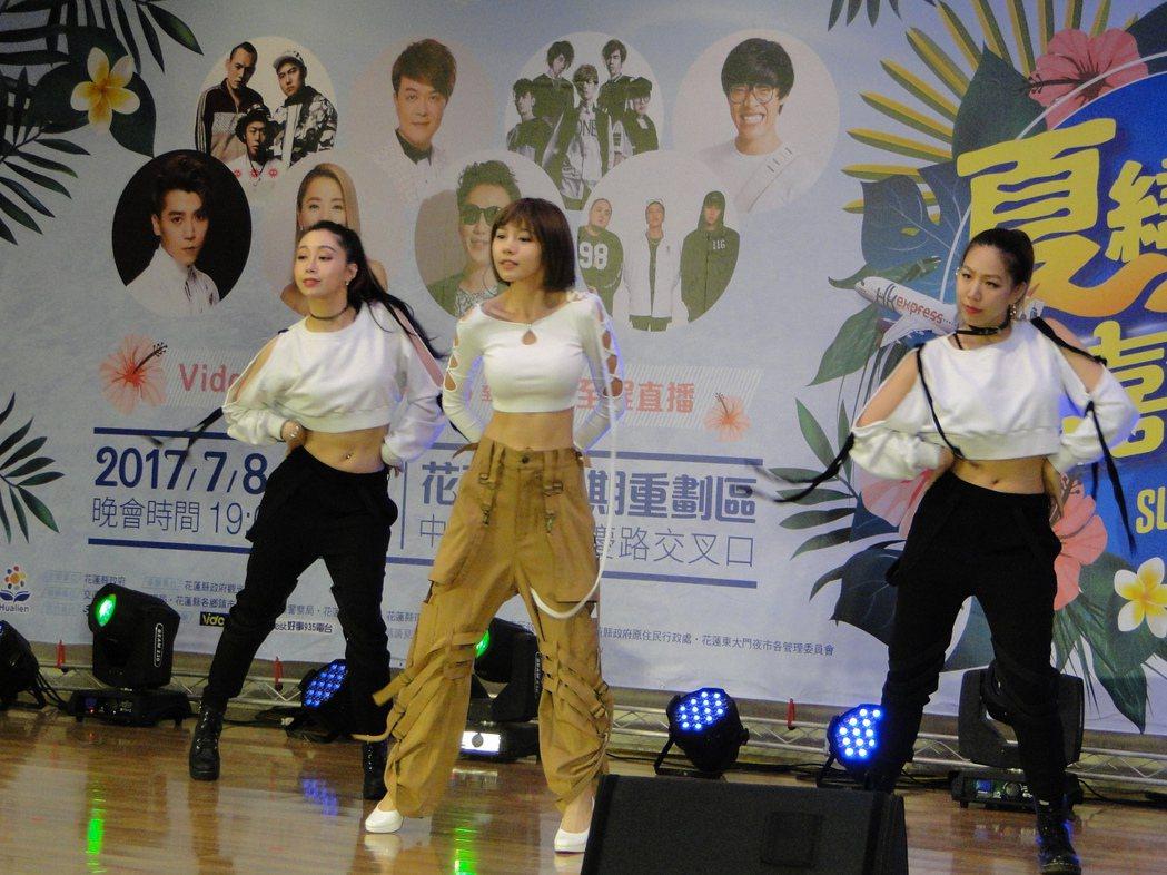 「全民隊長」林明禎(中)演唱Change,帶起夏戀嘉年華記者會高潮。記者范振和/...