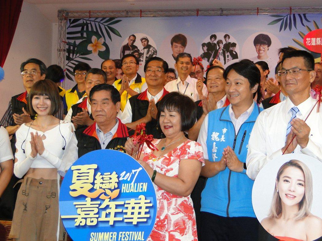 「全民隊長」林明禎(前左1)、副縣長蔡運煌(左2)、市長魏嘉賢(右2)等人歡迎大...