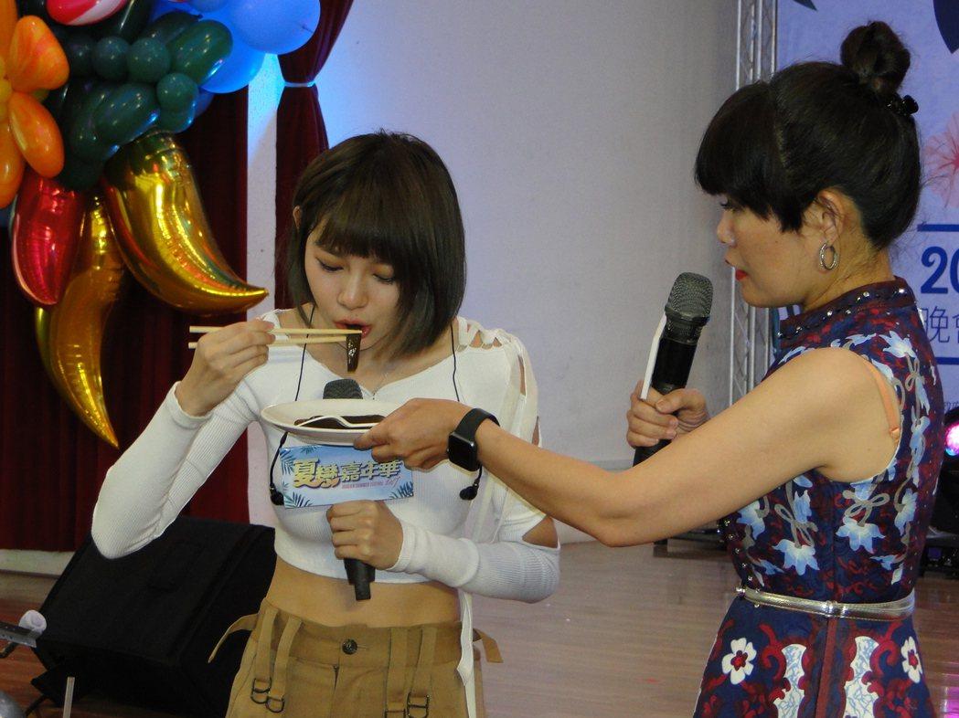 「全民隊長」林明禎吃剝皮辣椒(左)為花蓮特產促銷。記者范振和/攝影