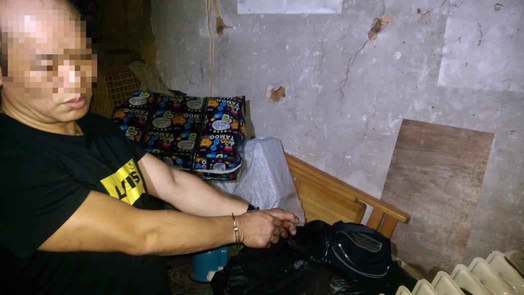 黃男的手拿包裡被搜出毒品,但他否認販毒。圖/平鎮警分局提供