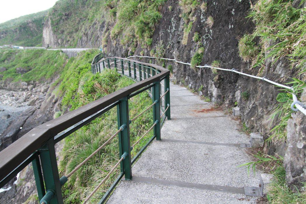 豐濱鄉公所在台11線新豐隧道外的「親不知子斷崖」峭壁上,用H鋼、強化玻璃打造「親...