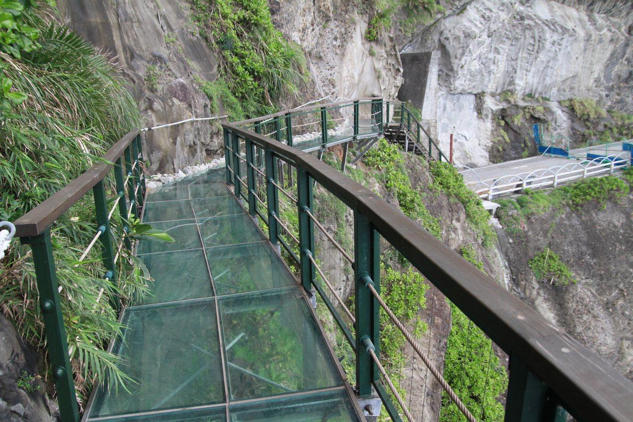 「親不知子天空步道」讓民眾腳底踩著透明的強化玻璃,體驗懸在空中的感覺。記者徐庭揚...