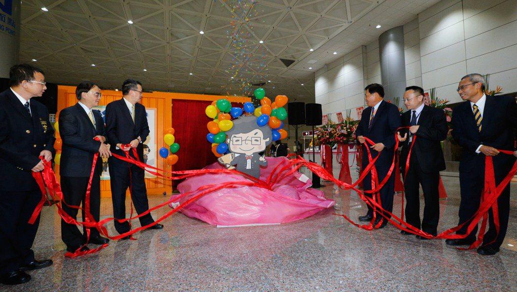 桃機服務大聯盟主題展下午舉行開幕式,機場公司總經理蕭登科(右三)與貴賓為Q版人物...