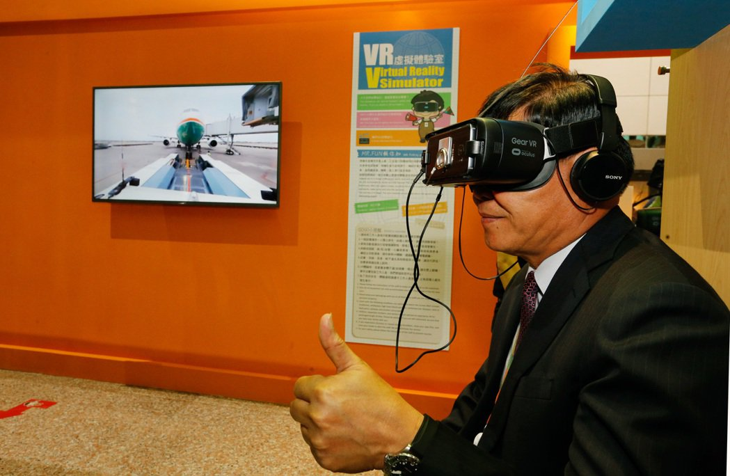 桃機服務大聯盟主題展下午舉行開幕式,機場公司總經理蕭登科親自體驗VR虛擬裝置,V...