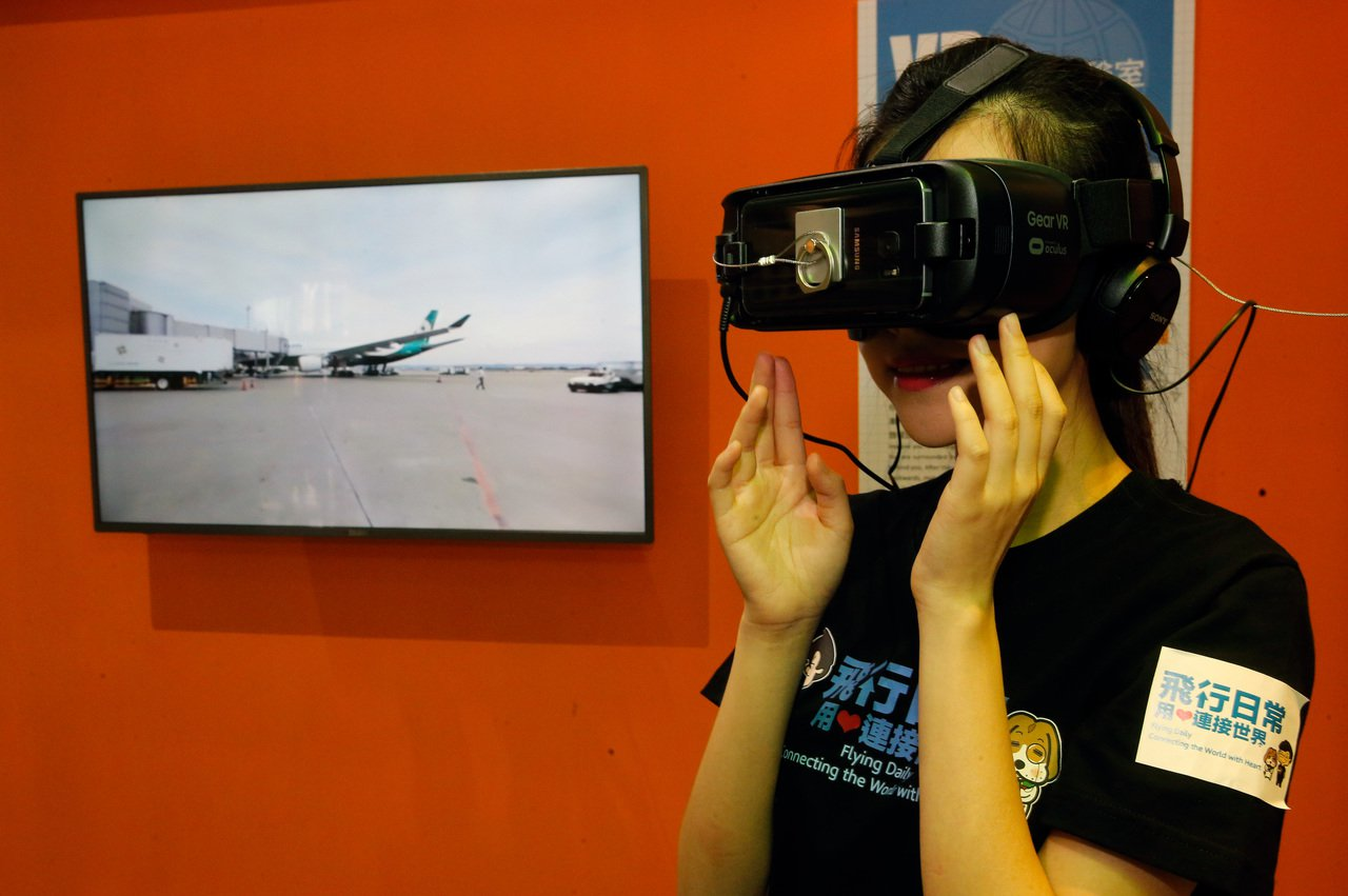 桃機服務大聯盟主題展下午舉行開幕式,主題展區有VR虛擬裝置,可以讓一般民眾可以親...