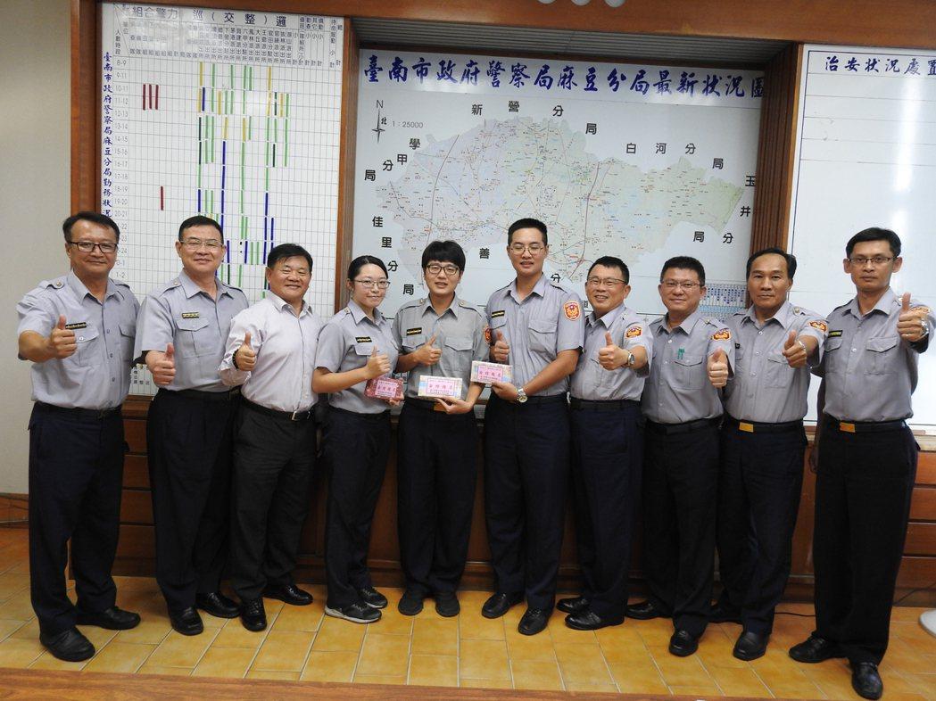 台南麻豆警分局今天在主管會報表場3名考上警大二技員警。記者吳淑玲/攝影