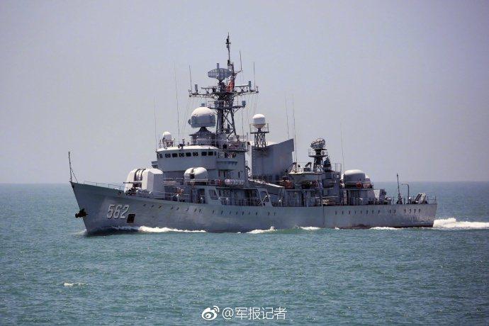 大陸東海艦隊海上實戰訓練。圖╱微信公眾號@軍報記者